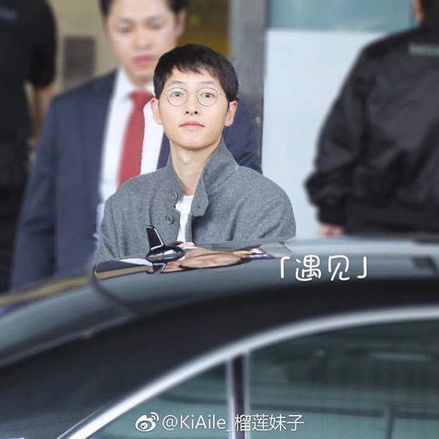 Gương mặt tròn, bầu bĩnh của Song Joong Ki khiến nhiều người nói rằng, Song Hye Kyo quả là mát tay về khoản chăm chồng.