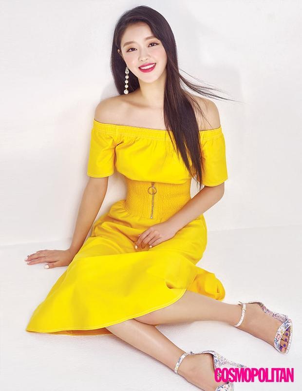 Cô nàng diện váy vàng đúng mốt mùa hè 2018.