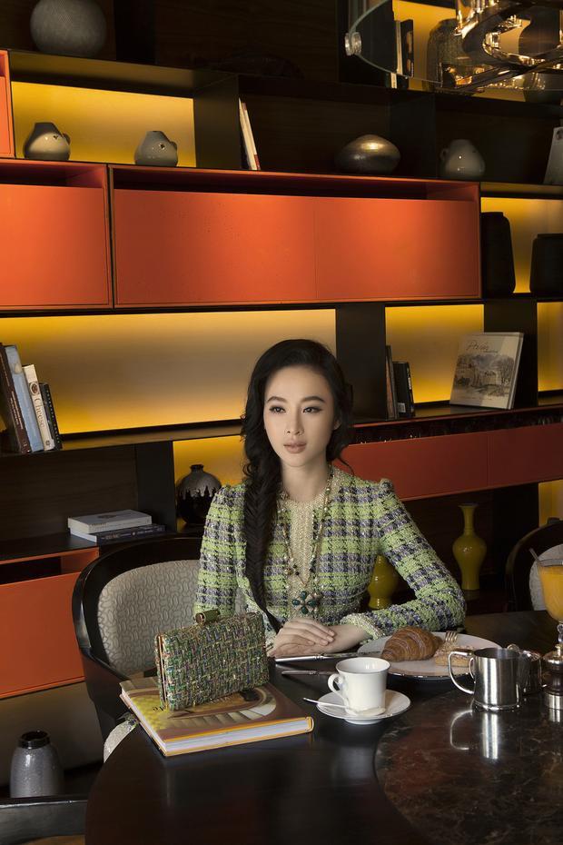 Với làn da và sắc vóc Á Đông vốn sinh ra để dành cho chiếc áo dài mềm mại thanh thoát nay lại được biến tấu theo một cách rất riêng. Hình ảnh của Angela Phương Trinh gợi đến những mỹ nhân xưa, kiêu kỳ sang chảnh.