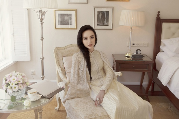 Chiếc áo dài thân thương được thổi vào sức sống mới, đương đại và sang trọng hơn nhưng vẫn vẹn nguyên cốt cách thanh tao của người phụ nữ Việt.