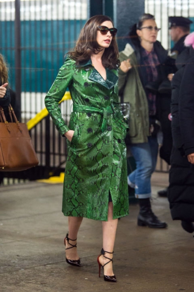 Anne Hathaway thủ vai nạn nhân bất đắc dĩ Daphne Kluger của vụ cướp vì cô là người đeo chiếc vòng kim cương triệu đô. Trong phim, Daphne tô điểm bằng trang sức, phụ kiện của Cinq à Sept.