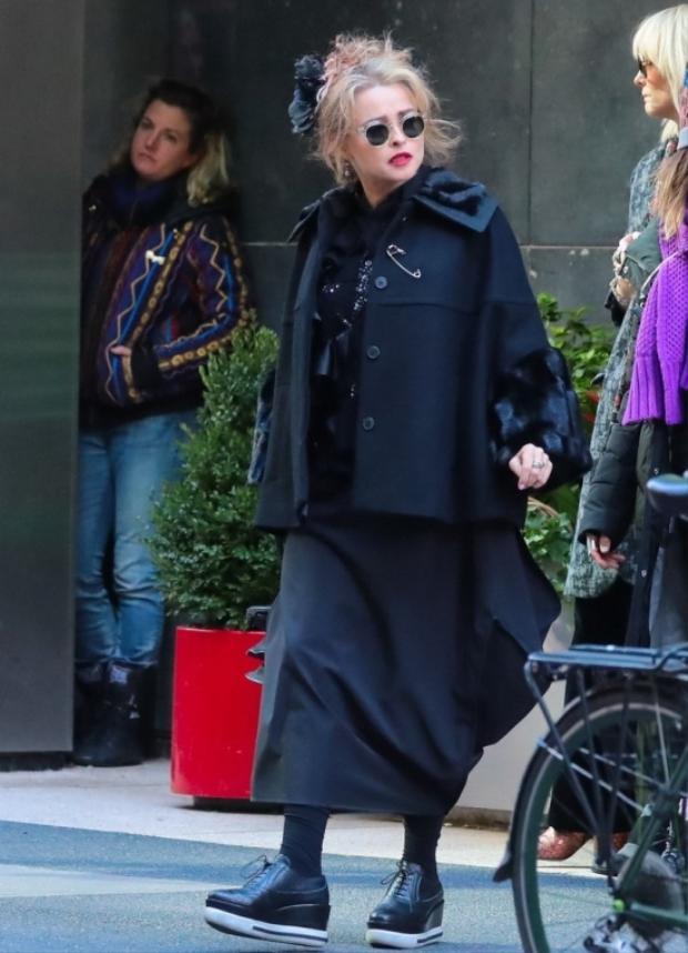 Ở trong nhân vật này có một chút kỳ quặc, hoang dã rất Vivienne Westwood - bà hoàng của thời trang punk. Vì thế, nữ diễn viên được mặc theo phong cách ngẫu hứng với đồ rộng, đính kết độc đáo, tóc đánh rối và đôi giày bánh mỳ.