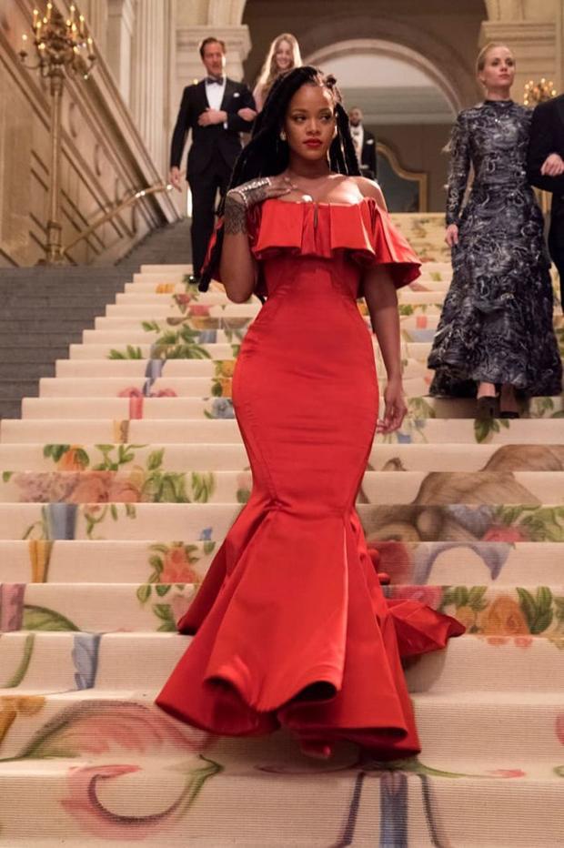 Nữ diễn viên Rihanna, trong vai Nine Ball, sẽ xuất hiện đầy cuốn hút trong một bộ váy tinh tế được thiết kế bởi Zac Posen.