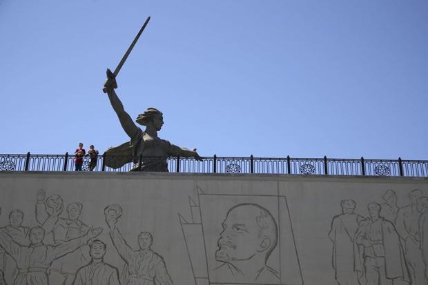 Du khách ghé thăm tượng đài Mẹ Tổ quốc kêu gọi ở Volgograd ngày 17/6.