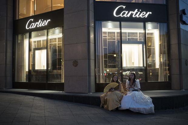 Hai người phụ nữ ngồi bên ngoài một cửa hàng ở thủ đô Moscow ngày 26/6