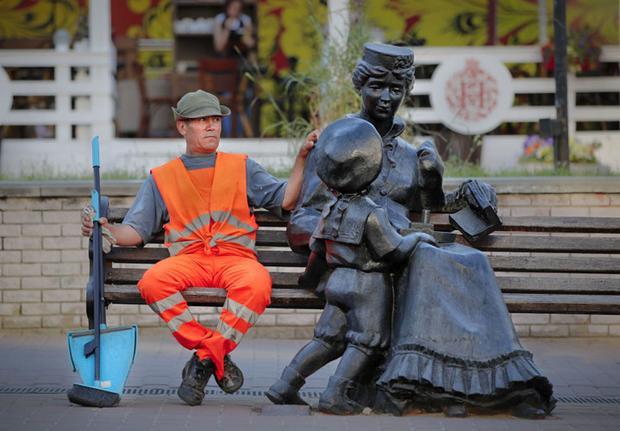 Nhân viên vệ sinh ngồi nghỉ trên ghế ở Nizhny Novgorod hôm 28/6.