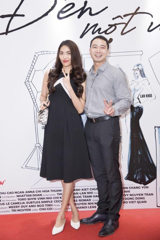 Xuất hiện trên thảm đỏ sự kiện ra mắt phim vào tối 2/7, Hoa Khôi Siêu mẫu Lan Khuê gây chú ý khi sánh đôi cùng doanh nhân John Tuấn Nguyễn sau khi cả hai đã có màn cầu hôn vô cùng lãng mạn. Đây cũng là lần đầu cả hai lộ diện trước công chúng.