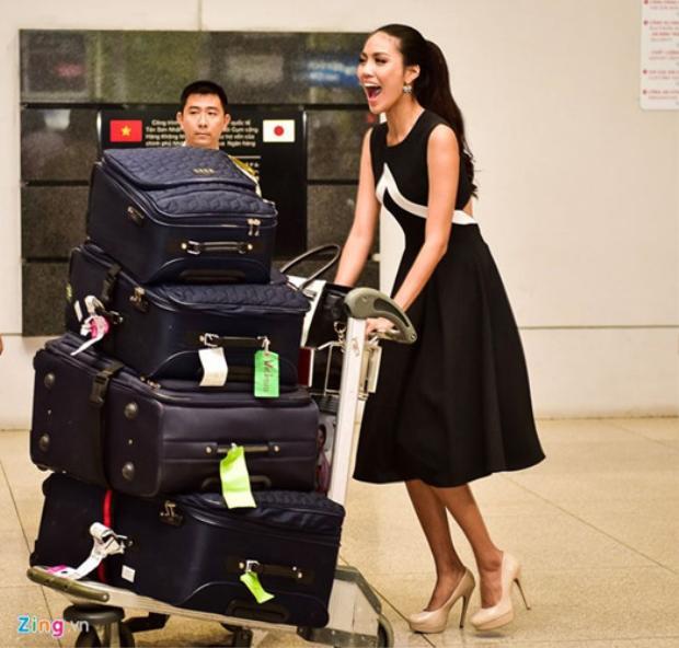 Trong lần ăn diện trước Lan Khuê cũng chọn cho mình một đôi giày cao gót màu trắng.