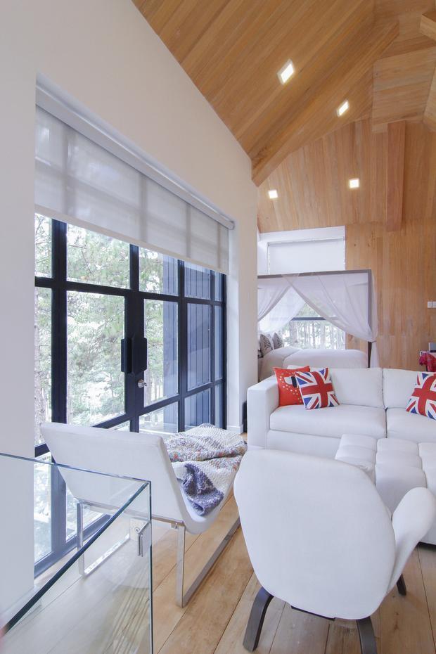 Căn phòng ngủ của vợ chồng đại gia Đức An - Phan Như Thảo có gam màu trắng chủ đạo giống như tổng thể của ngôi nhà.