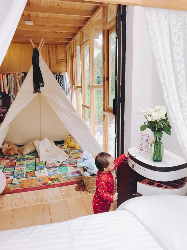 Không quá cầu kì, phòng ngủ hai vợ chồng có tấm nhìn đẹp ra khung cảnh xung quanh với bức tường kính sang trọng, tinh tế cùng trần nhà bằng gỗ.