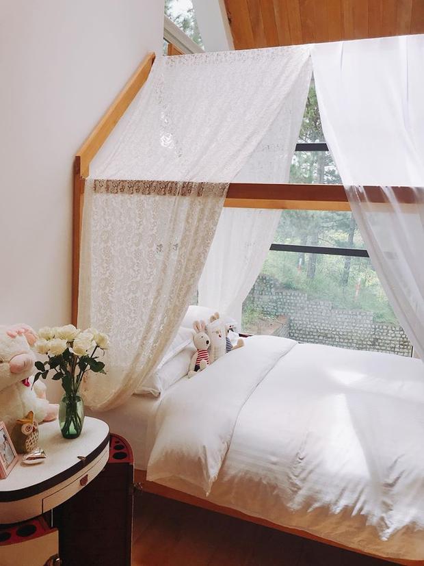 Mới đây, trên trang cá nhân của mình, người đẹp Phan Như Thảo khoe căn phòng ngủ của hai vợ chồng mình và con gái.