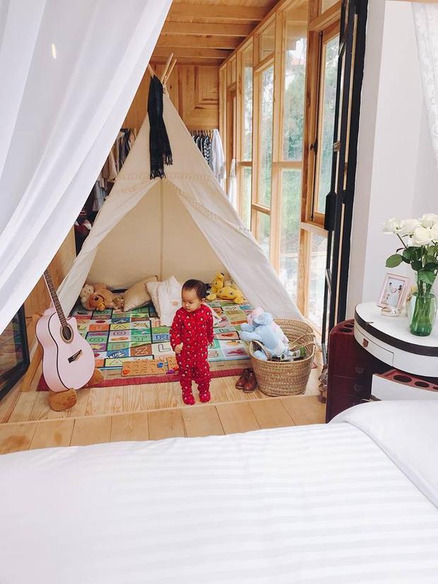 Trong khi đó, giường ngủ của con gái Bồ Câu được thiết kế với ý tưởng túp lều của những người du mục rất độc đáo. Đây là một trong 3 căn biệt thự được đại gia Đức An xây dựng tặng con gái của mình.