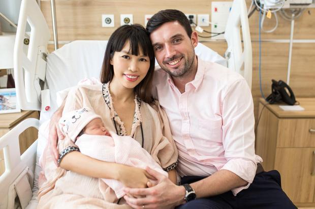 Siêu mẫu Hà Anh vui vẻ và hạnh phúc cùng chồng xuất viện sau 1 tuần kể từ ngày sinh em bé. Little Beat - tên chính thức là Myla Vũ-Dowden, con gái đầu lòng của Hà Anh trông rất bụ bẫm, dễ thương và mang nhiều nét giống mẹ và ba.