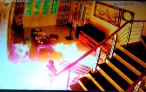 Sau khi gây án hung thủ tẩm xăng đốt nhà rồi bỏ trốn.