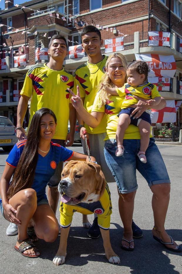 Gia đình bàRamos tự hào khi cờ Colombia tung bay giữa hàng trăm lá cờ Anh. Ảnh: The Sun