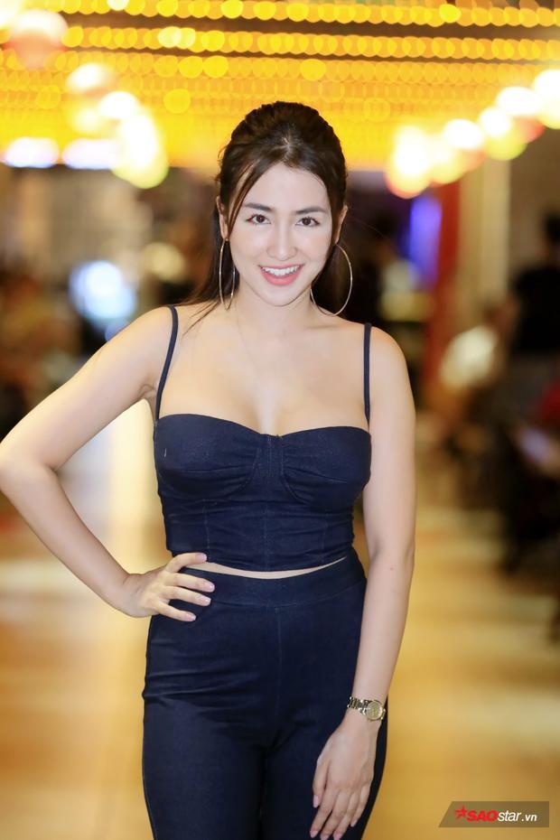 DJ Trang Moon khoe đường cong và vẻ xinh tươi trong họp báo phim
