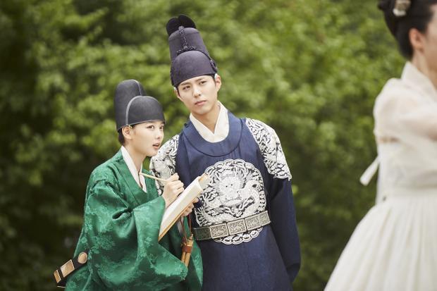 """Park Bo Gum và Kim Yoo Jung trong """"Mây họa ánh trăng""""."""
