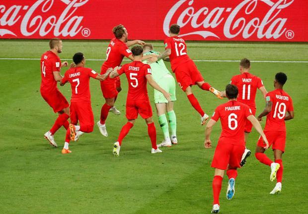 Các tuyển thủ Anh vỡ òa sau cú đá của Eric Dier. Ảnh: Getty.