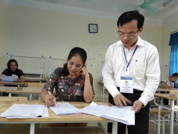 Ông Mai Văn Trinh, Cục trưởng Cục Quản lý chất lượng (Bộ GD&ĐT) kiểm tra công tác chấm thi tại Hòa Bình. Ảnh: Dân trí.