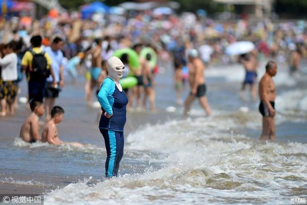 Phong trào mặc áo tắm ninja bắt đầu nở rộ tại thành phố Thanh Đảo từ năm 2012. Kiểu áo tắm này che toàn thân từ mặt tới gót chân, giúp làn da của người dùng ít bị tiếp xúc với ánh nắng mặt trời nên rất được ưa chuộng.
