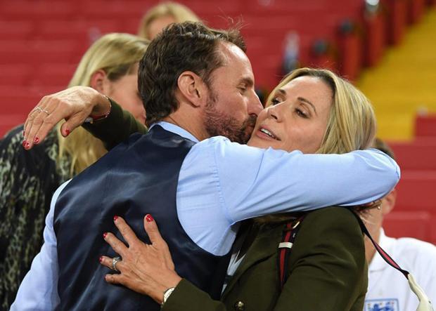 HLV Gareth Southgate nhận được cái ôm từ bà xã Alison.