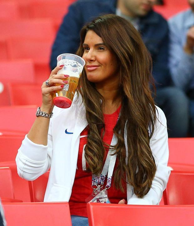 """Bà xã của Jamie Vardy - Becky nhấm nháp ly bia trong ngày """"Tam sư"""" thắng lớn."""
