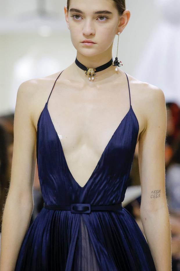 Việc người mẫu để lộ miếng dán ngực cũng khiến Dior nhận lấy những cái lắc đầu từ giới chuyên môn.