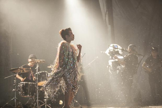 MV sửdụng thủ pháp một cú máy dài quay tại một nhà hát bị bỏ hoang và studio.