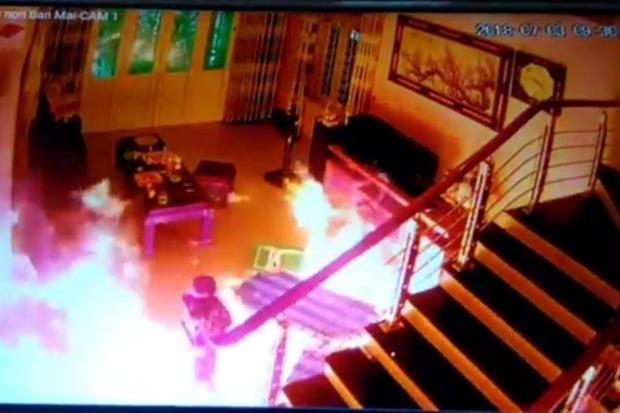 Đối tượng tẩm xăng đốt cháy hiện trường. Ảnh cắt từ clip.