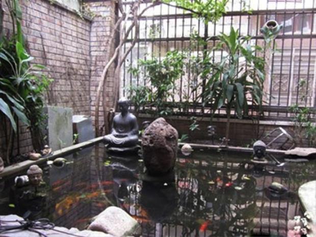 Hồ cá của ca sĩ Quang Dũng lại được bố trí theo phong cách tâm linh, tìm lại an yên trong cuộc sống.