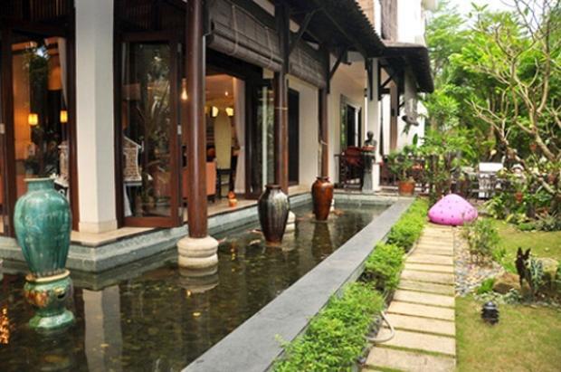 Hoa hậu Hà Kiều Anh sống cùng với gia đình tại ngôi biệt thự nhà vườn trị giá hơn 400 tỷ với chiếc hồ cá bao quanh một không gian nhà.