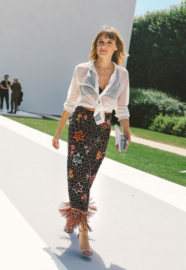 Chân váy họa tiết với phần lai được đính tua rua khiến mỗi bước chân của cô nàng này tạo thành 1 vũ điệu thật cuốn hút.