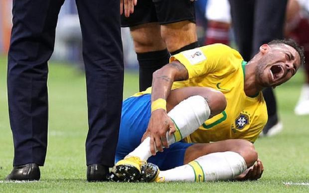 Neymar đóng kịch trong trận đấu với Mexico. Ảnh: Getty.