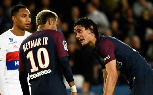 Neymar gây ra sự mất đoàn kết tại PSG chỉ vì một quả penalty. Ảnh: Football365.