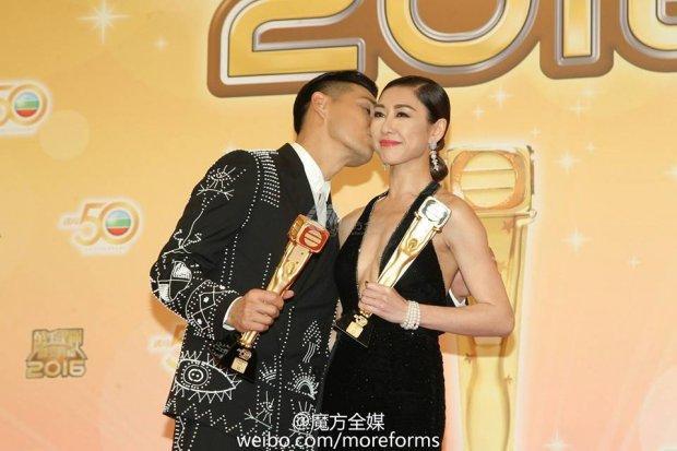 """Từng có rất nhiều tin đồn """"phim giả tình thật"""" giữa Trần - Hồ vì những phân cảnh quá đỗi tình tứ, ăn ý của họ. Tại lễ trao giải TVB 2016, cả hai còn công khai hôn nhau"""