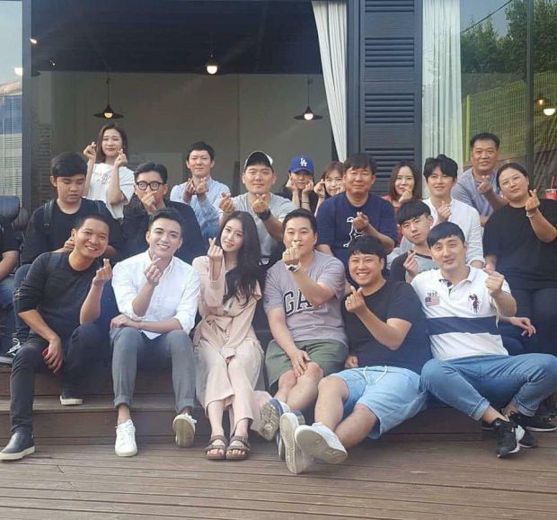 Hình ảnh e-kip Việt - Hàn thực hiện MV kết hợp giữa Soobin Hoàng Sơn và Jiyeon đầy vui vẻ.