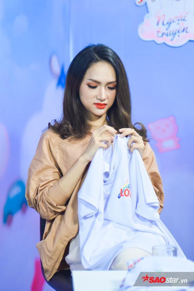 Hương Giang hy vọng có thể nhân rộng quỹ từ thiện của mình bằng cách livestream bán áo như thế này.