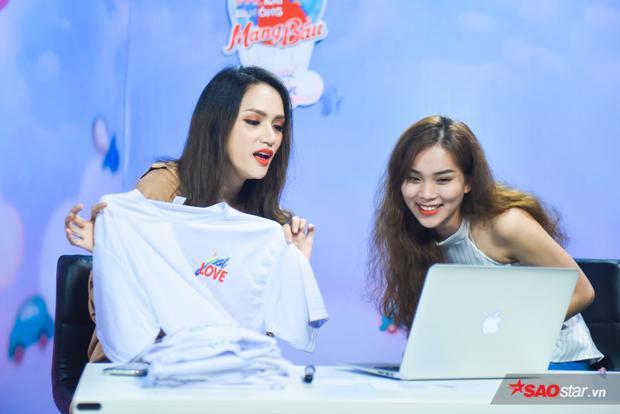 Thử thách thực tế cho Hương Giang: Livestream bán áo phông.