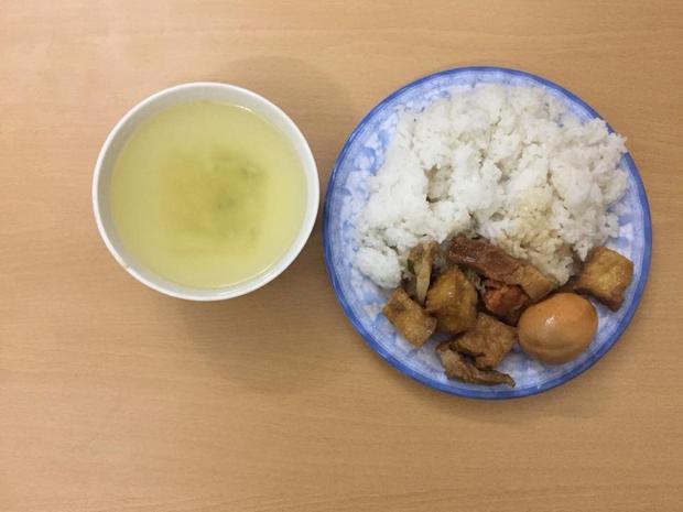 Phần cơm sinh viên mua tại một nhà ăn ở KTX gồm 2 món mặn và 1 bát canh với giá 15.000 đồng.