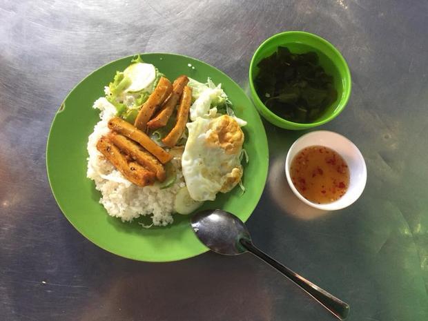 Phần cơm 15.000 đồng mua tại quán ăn ngoài KTX cũng với giá 15.000 đồng nhưng đầy đủ rau xào, rau sống, thức ăn mặn, nước chấm, canh thịt.
