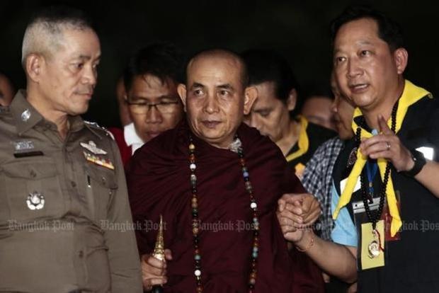 Nhà sư nổi tiếng Kruba Boonchum Yannasangwalo tới hang Tham Luang để cầu nguyện cho đội bóng Thái Lan. Ảnh: Bangkok Post.