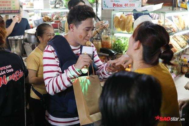 Để kiếm được số tiền nhiều nhất, Trấn Thành không ngần ngại để khách hàng hôn mình.