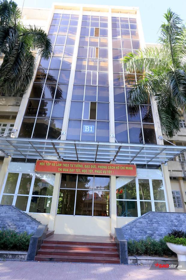 """Tòa nhà B1 """"huyền thoại"""" của sinh viên- nơi được coi làbackground hoàn hảo cho những bức ảnh """"sống ảo""""."""