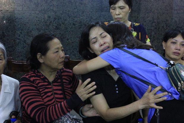 Chị Dương ôm chặt mẹ bé Vân Nhi khiến nhiều người không cầm được nước mắt trong đám tang bé gái.