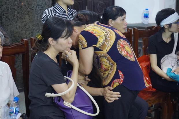 Nhiều hàng xóm, người bạn… đã đến ôm động viên chị Hải Vân sớm vượt qua nỗi đau mất con. Suốt hơn 10 năm qua chị Hải Vân đã luôn nắm chặt tay con gái cùng chiến đấu với bệnh tật.