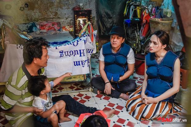 Nhân vật mà cặp đôi Song Giang tiếp xúc cũng gặp muôn vàn khó khăn, nhất là khi người mẹ làm nghề bán vé số mang thai ở tháng thứ 8. Trụ cột gia đình chỉ có thu nhập bấp bênh từ công việc chạy xe ôm.