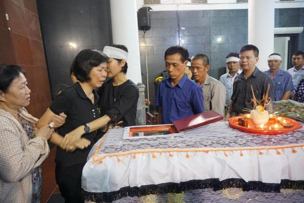Chị Hải Vân bật khóc trong đám tang con gái.