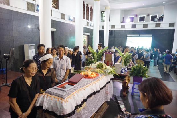 Nhiều người dân đến viếng trong đám tang bé Vân Nhi.