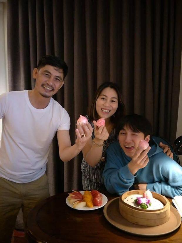 Sơn Tùng rất yêu quý và thân thiết với bố mẹ.