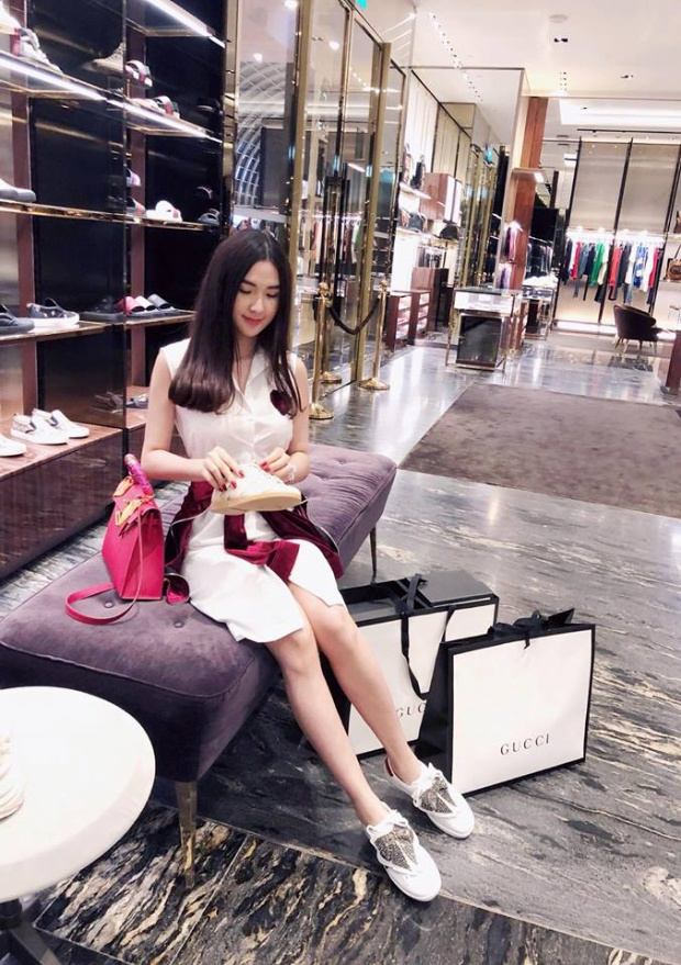 Thậm chí nhiều người cũng phải dè chừng ít nhiều khi chứng kiến màn khoe đồ hiệu liên tục không ngớt của Ngọc Loan trên trang cá nhân.